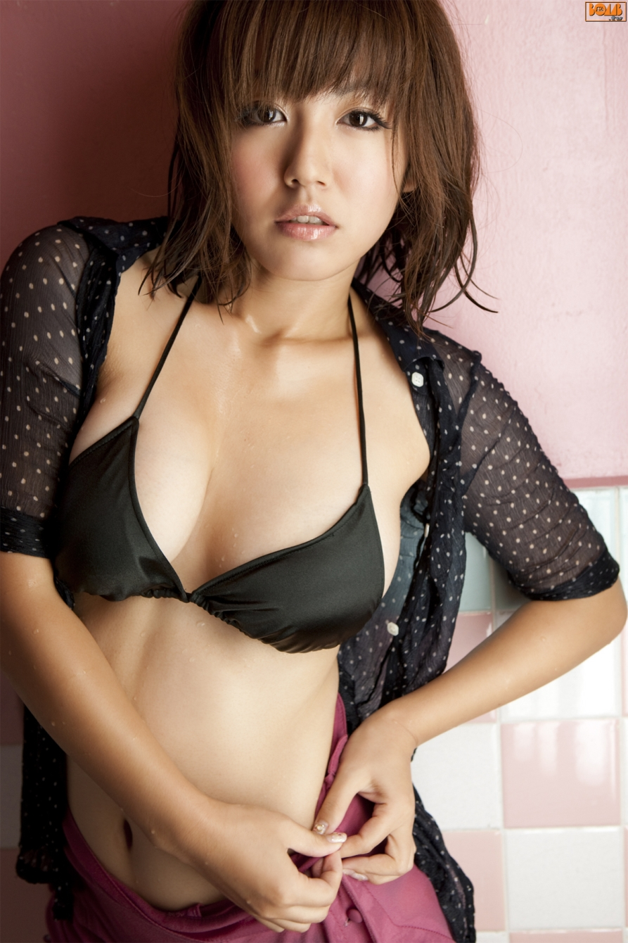 bomb-tv-ai-shinozaki-2010-08_is010
